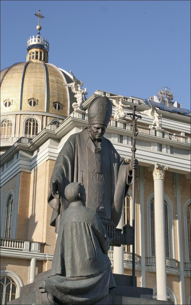 Licheń, ksiądz Eugeniusz Makulski na pomniku przed bazyliką