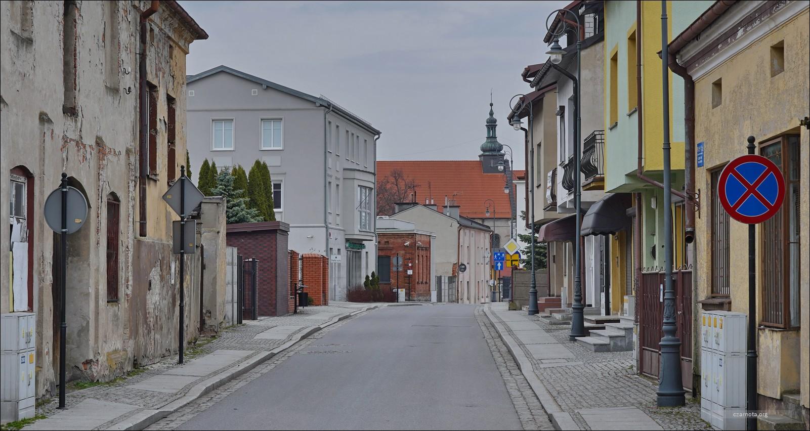 Sieradz, ul. Wodna / Sienkiewicza podczas likwidacji getta i w 2021