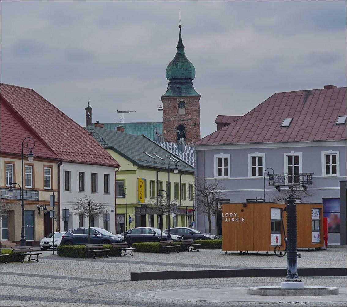 Sieradz. Rynek u zbiegu Warszawskiej i Rycerskiej w 1939 i 2021