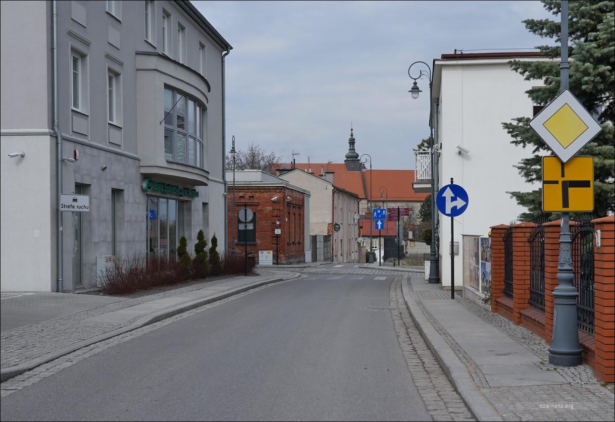 Sieradz, ul. Sienkiewicza / Zamkowa podczas likwidacji getta i w 2021