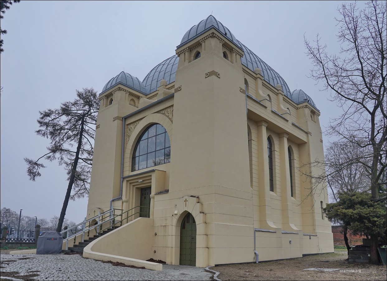 Pabianice, ul. Ewangelicka 2, kaplica cmentarna Kindlerów na cmentarzu ewangelicko-augsburskim w 2019 i 2021