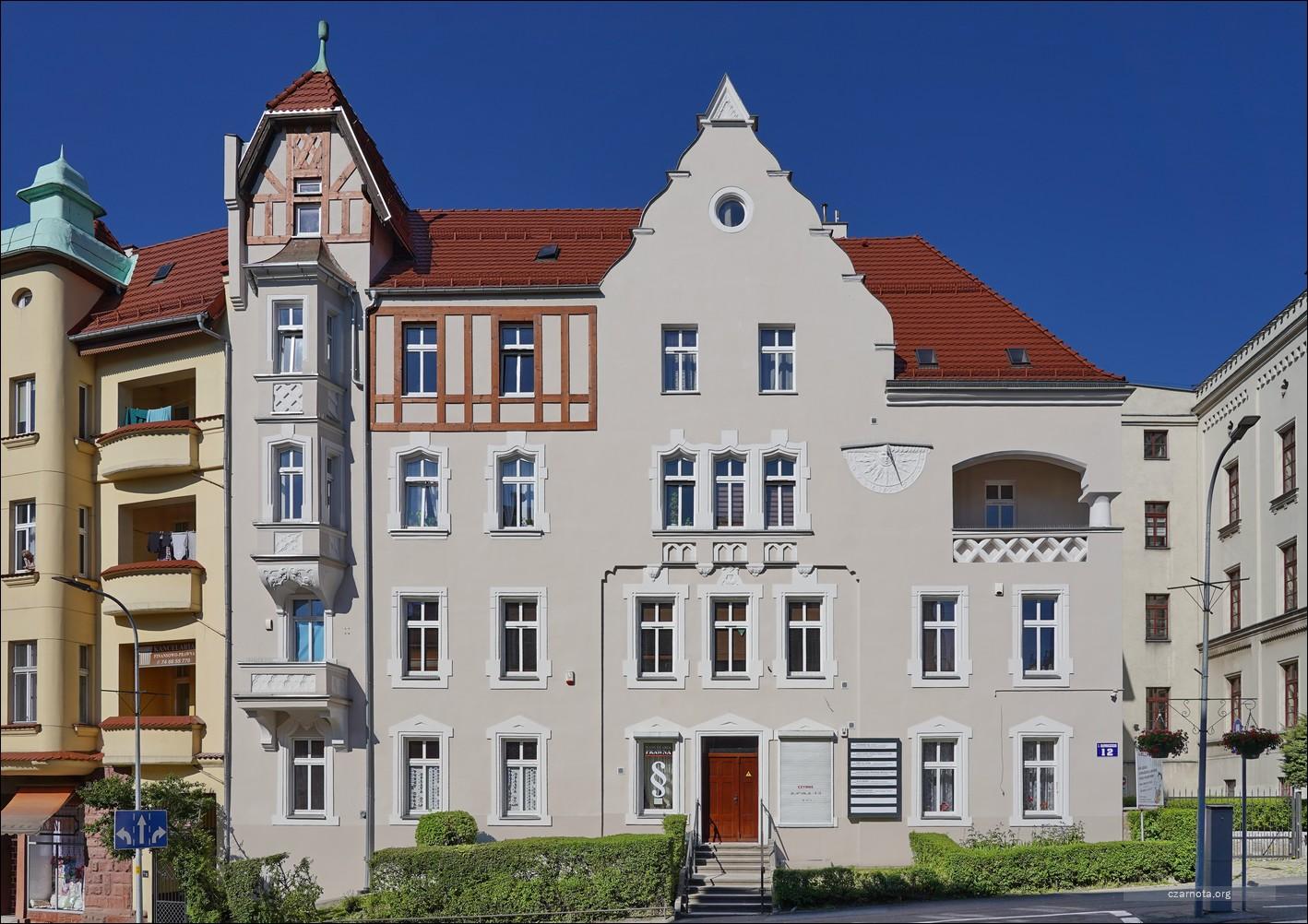 Wałbrzych, ul. Juliusza Słowackiego 12 i 13 w 2010 i 2021